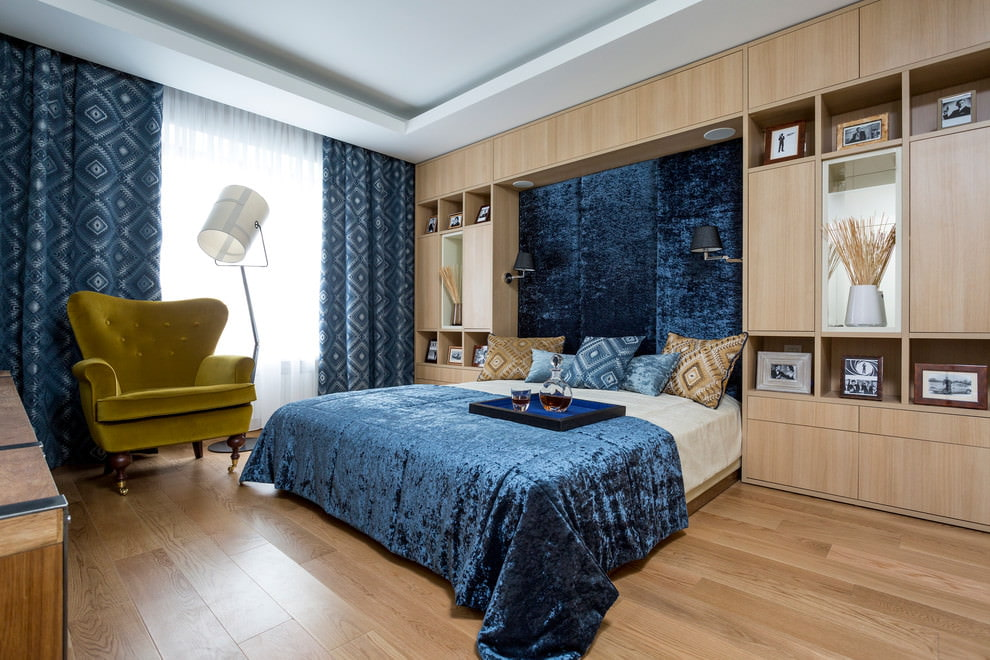 rideaux sous le couvre-lit