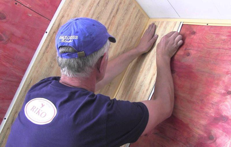Lắp đặt tấm nhựa PVC trên đế gỗ dán