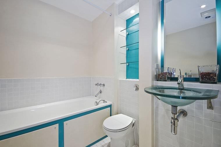 Bồn rửa kính cường lực trong phòng tắm nhỏ