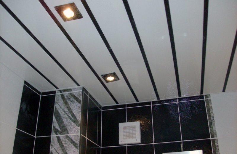 Tấm trượt trên trần của phòng tắm trong một căn hộ thành phố