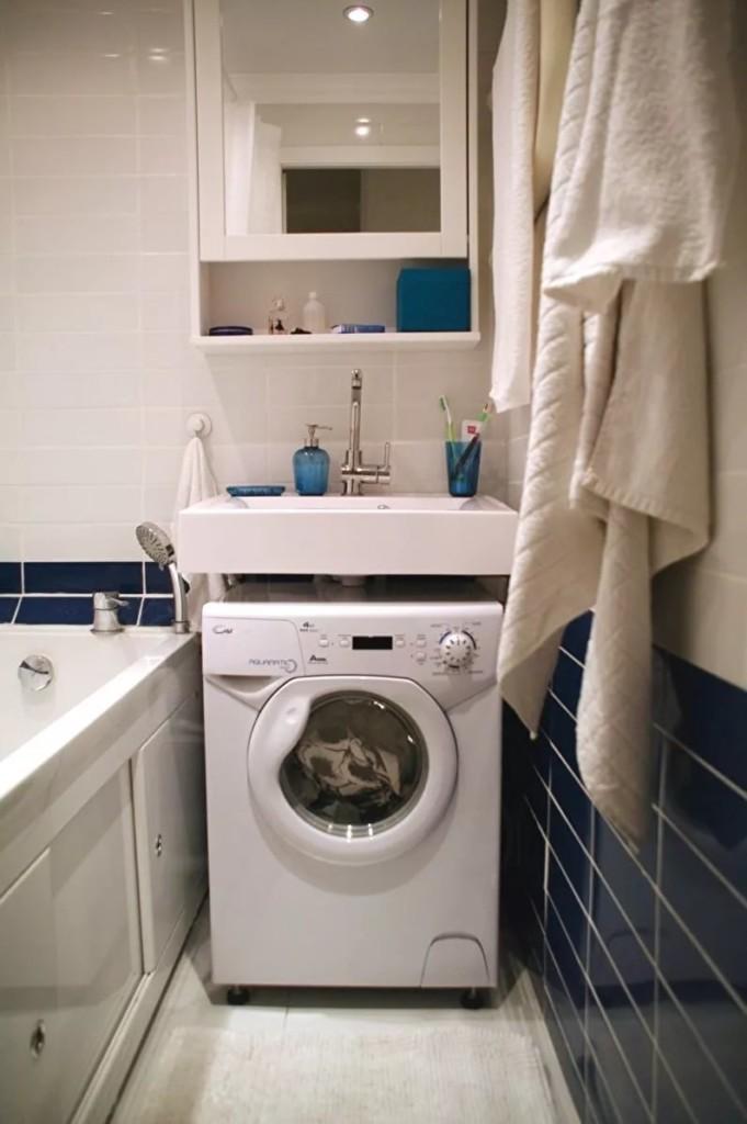 Máy giặt trắng dưới bồn sứ