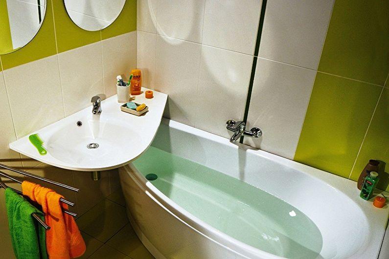وضع مضغوط لحوض الاستحمام ومغسلة في حمام صغير