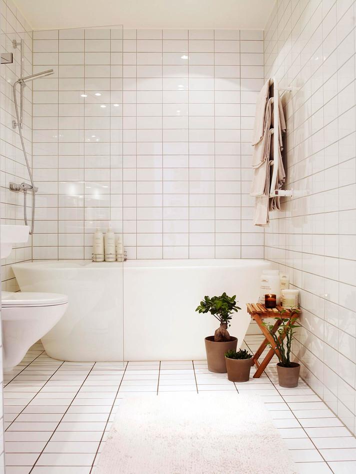Gạch trắng trên tường phòng tắm với cây trong nhà trong nội thất