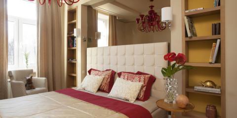 armoire sur le lit dans la chambre