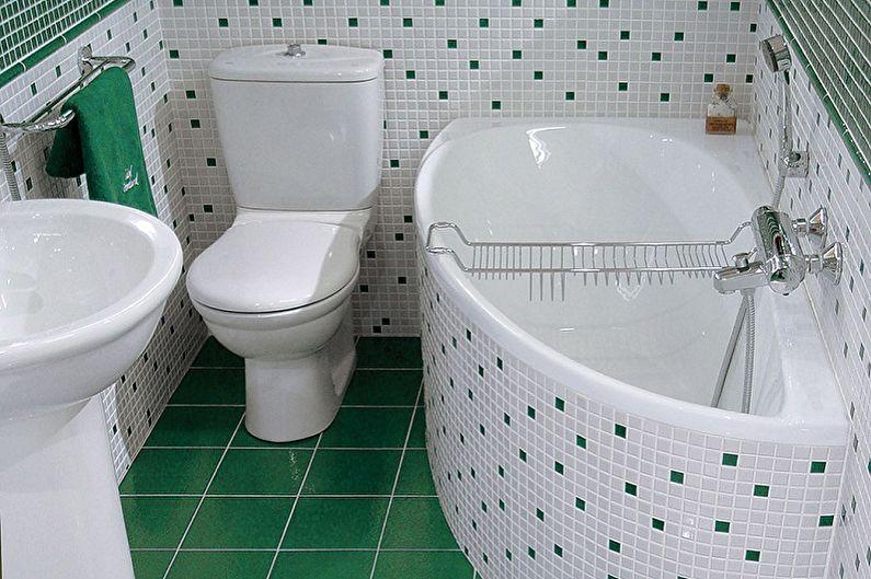 Baignoire d'angle compacte à côté des toilettes