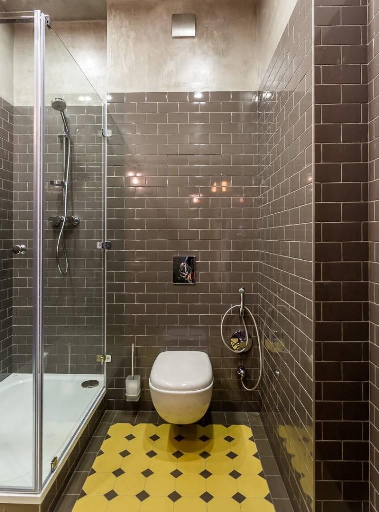 Nhà vệ sinh trắng trên tường phòng tắm