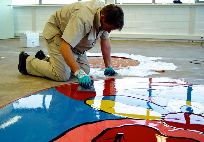Dessiner une couche de polymère d'un plancher en vrac sur un dessin acrylique