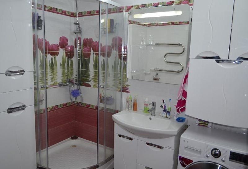 Sắp xếp nhỏ gọn các thiết bị trong phòng tắm sau khi sửa chữa