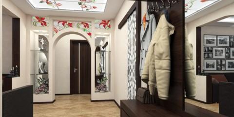 arches de vitraux dans le couloir