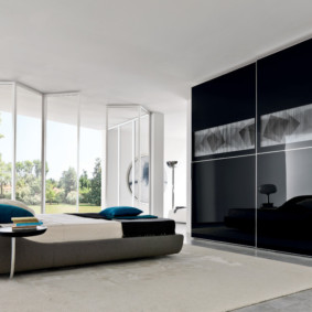 Armoire coulissante noire pour une chambre
