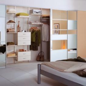 armoire pour une chambre à l'intérieur
