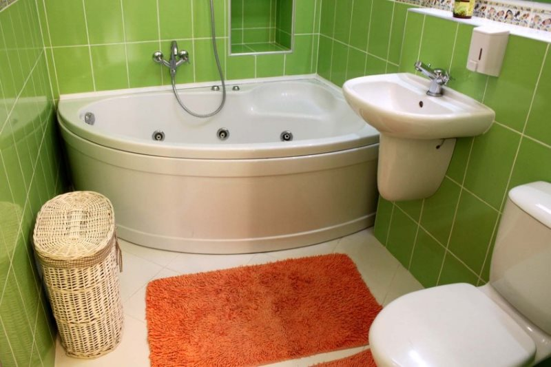 سجادة برتقالية على أرضية بيضاء في حمام صغير