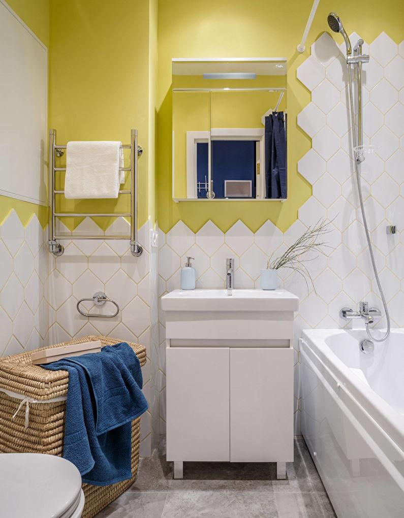Murs jaunes dans une salle de bain carrelée de blanc