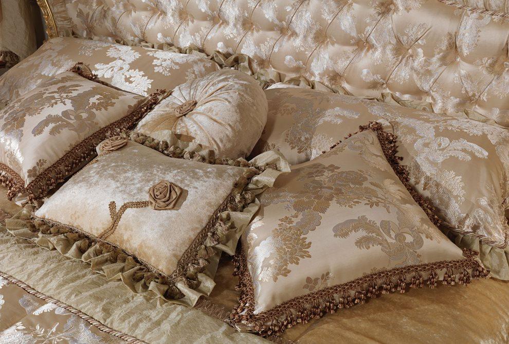 Oreillers baroques en satin sur le lit