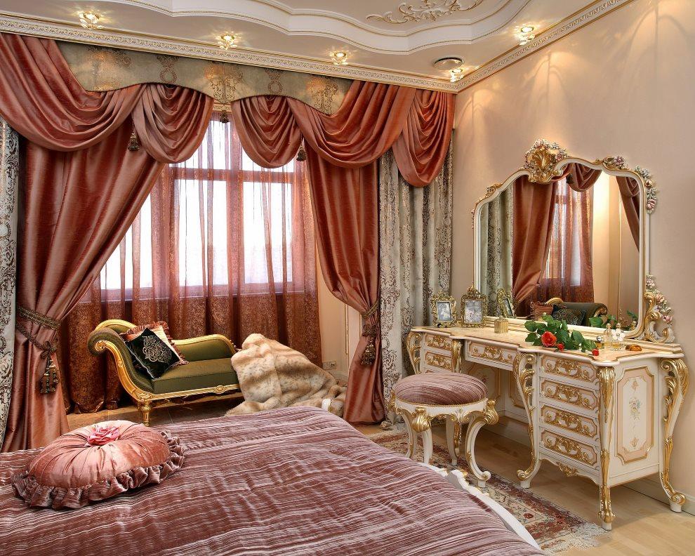 Rideaux en satin avec lambrequin sur la fenêtre de la chambre