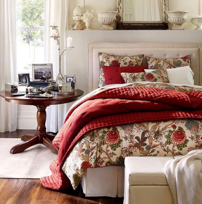 Lit en bois avec couvre-lit bordeaux