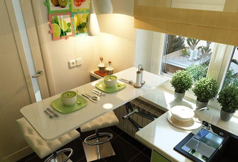 Table pliante dans une toute petite cuisine d'un appartement en ville