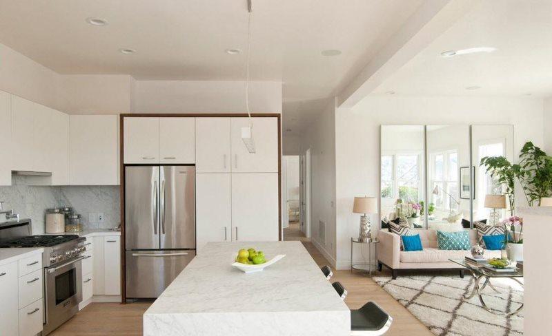 جزيرة المطبخ الأبيض في غرفة تناول الطعام في المطبخ في منزل ريفي