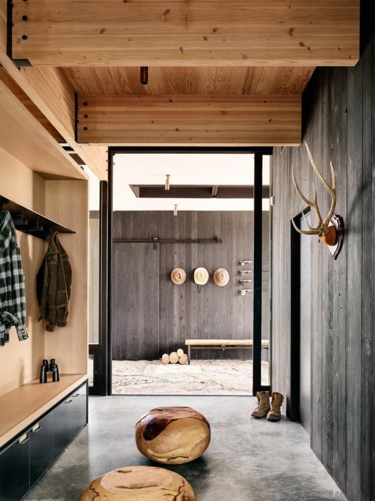 Hall d'entrée en bois avec sol en béton