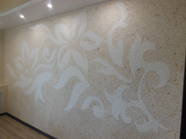 mur beige avec des fleurs