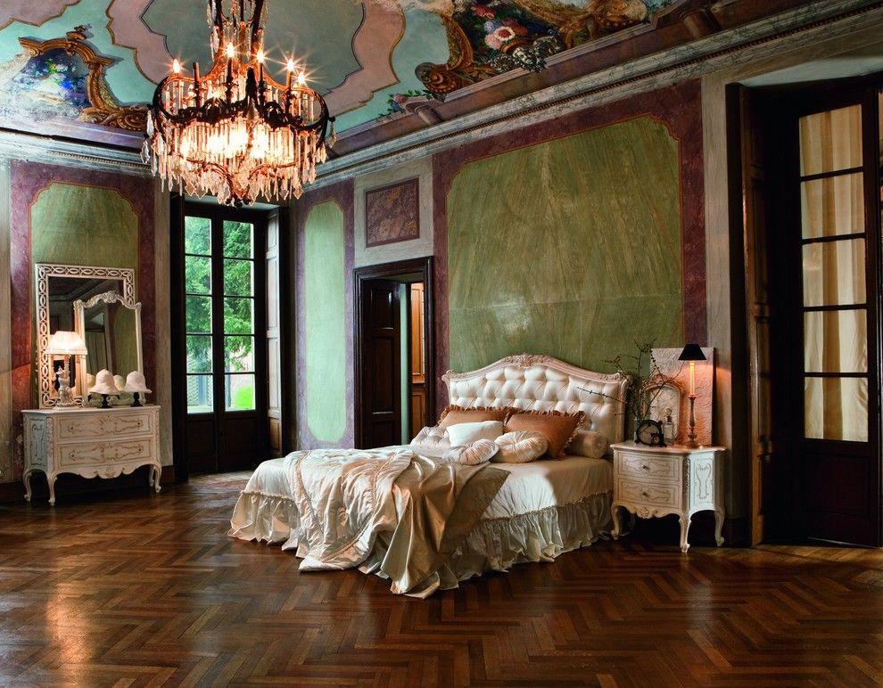 Lit cher dans une chambre baroque spacieuse