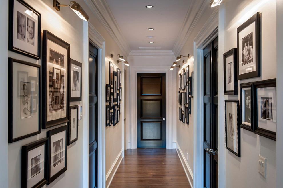 Porte noire au bout d'un long couloir