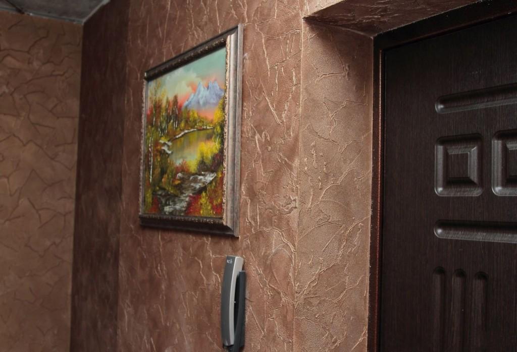Peinture sur le mur avec du plâtre décoratif