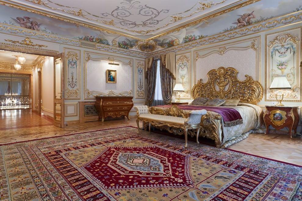 Stuc doré au plafond d'une grande chambre
