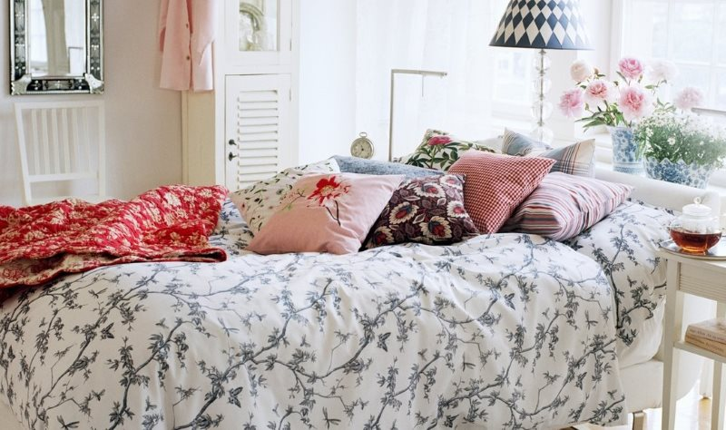 Oreillers décoratifs sur un lit dans une chambre rustique