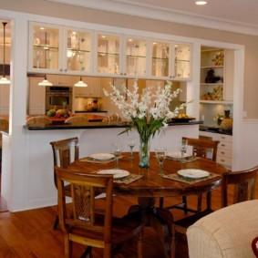 التقسيم مع خزائن بين المطبخ وغرفة المعيشة