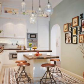 صور عائلية على حائط المطبخ