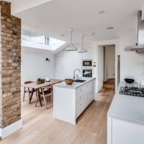 سقف أبيض في مطبخ منزل ريفي
