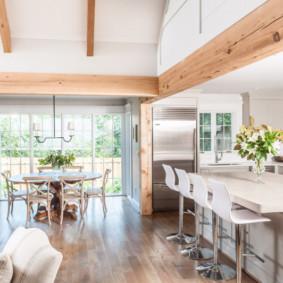 قوس خشبي في غرفة المعيشة في المطبخ