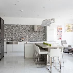 تصميم غرفة معيشة واسعة في المطبخ