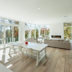 غرفة معيشة مطبخ مع نوافذ كبيرة
