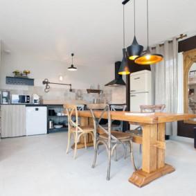 طاولة خشبية في غرفة الطعام والمطبخ الحديثة