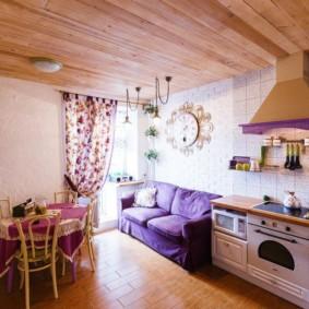 سقف خشبي في غرفة معيشة صغيرة في المطبخ