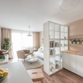 Rayonnage ouvert entre cuisine et salon