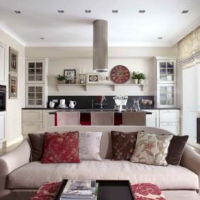 Oreillers décoratifs sur le canapé du salon
