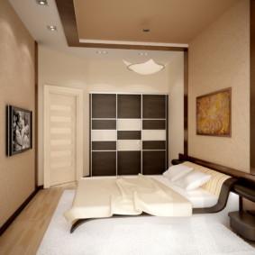 Murs beiges d'une petite chambre