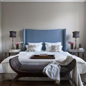 Tête de lit bleue sur un lit double