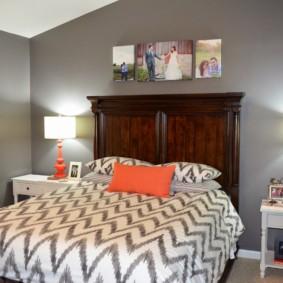 Oreiller orange sur le lit dans la chambre