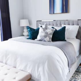Oreillers sur le lit dans la chambre des conjoints