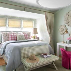 Grand lit devant une fenêtre dans une maison privée