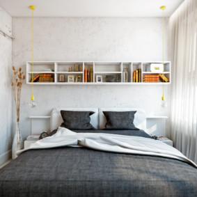 Étagères ouvertes sur le mur d'une chambre