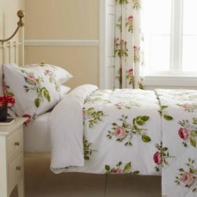 Motif floral sur le textile dans la chambre