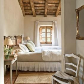 Plafond en bois d'une chambre dans une maison de campagne