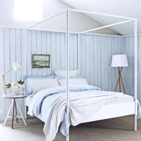 Doublure bleue sur le mur de la chambre
