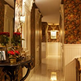 Papier peint à fleurs dans le couloir de style anglais