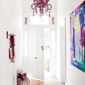 Couloir lumineux avec des murs blancs